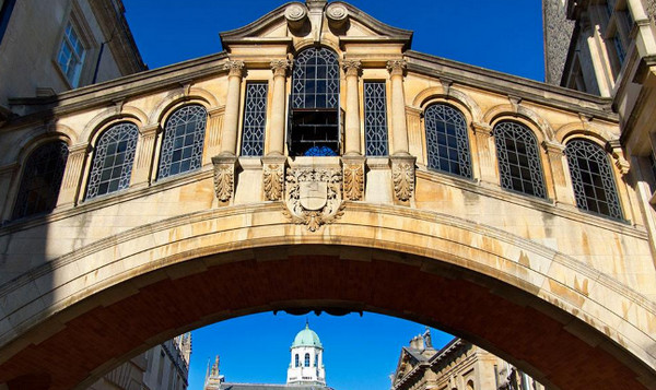 牛津布鲁克斯大学人文社会科学学院学费是多少(包含本科和研究生)